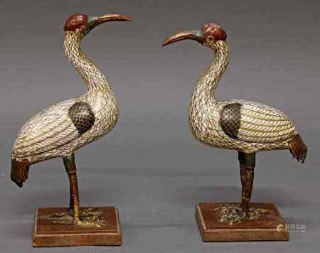 """Paar Figuren, """"Kraniche"""", China 19. Jh., Cloisonné, polychrom, partiell vergoldet, ca. 22-23 cm hoch, je Schadstellen, auf späteren Holzständen montiert"""