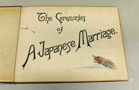 """Kozaburo Tamamura (1856-1923), """"The Ceremonies of A Japanese Marriage"""", Japan, Kobe, 1905, mit 19 handkolorierten Lichtdruck-Fotografien, Seideneinband, Schuber (Altersspuren), leicht gebräunt"""