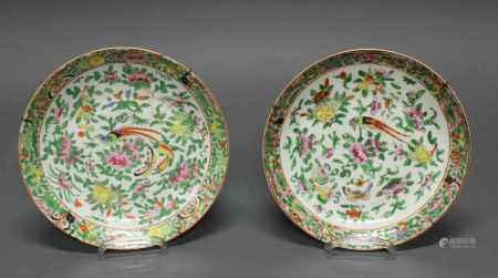 Paar Teller, China, Kanton, 19. Jh., Porzellan, polychromer Emaildekor mit Vogel und Blüten, ca. ø 22 cm, Randchips