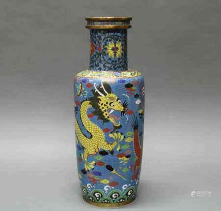 Vase, China, um 1900, Cloisonné, um den zylindrischen Korpus ein gelber und ein roter Drache zwischen Wolken auf blauem Grund über Wellen, am Hals Blüten und Ranken, 47.1 cm hoch