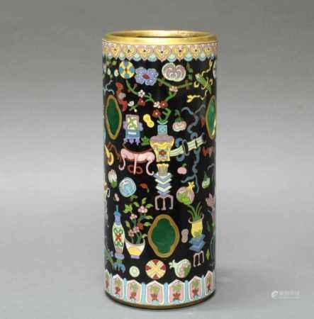 Hutständer, China, um 1900, Cloisonné, zylindrisch, sechs passige Öffnungen in der Wandung, dekoriert mit Vasen, Pflanzschalen und Emblemen auf schwarzem Grund, am Boden umseitig Stillleben, innen grün glasiert, 30.3 cm hoch