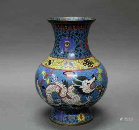 Vase, China, um 1900, Cloisonné, Birnform, dekoriert mit zwei Drachen und Emblemen über lishui, auf der Schulter die acht buddhistischen Symbole, auf dem Hals Blüten und Ranken, blaugrundig, 33.8 cm