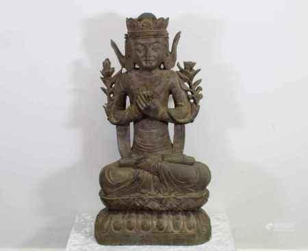 """Steinfigur, """"Bodhisattva Guanyin"""", China, im Meditationssitz auf doppeltem Lotossockel, die Hände in mudra halten die Stängel von den Blüten, die entlang der Oberarme hochwachsen, reich geschmückt mit Krone, Ohrgehängen, Colliers auf der Brust und Perlenketten an Oberarmen und Füßen, 94 cm hoch"""