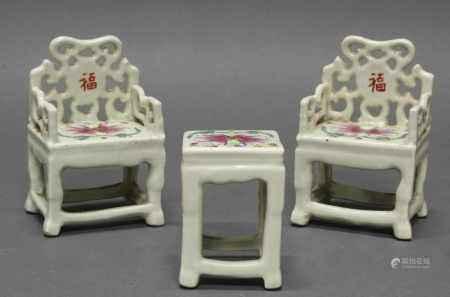 Miniatur-Sitzgruppe, dreiteilig: 2 Sessel, 1 Tisch, China, neuzeitlich, Porzellan, florale Malerei, 11 cm bzw. 2.5 cm hoch