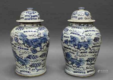 Paar Deckelvasen, China, neuzeitlich, Porzellan, Blaumalerei, je 42 cm hoch