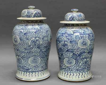 Paar Deckelvasen, China, neuzeitlich, Porzellan, Blaumalerei, 45 cm bzw. 43 cm hoch