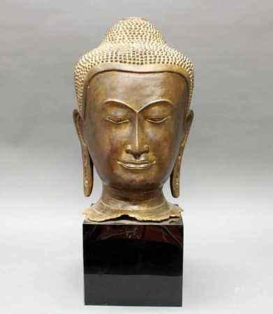 Buddha-Kopf, Thailand, Mitte 20. Jh., Bronze, schwarzer Marmorsockel, 60 cm bzw. 42 cm hoch