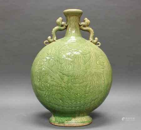 Vase, China, neuzeitlich, Keramik, grün glasiert, Mondflaschenform, zwei Drachen-Henkel, Wandung mit Drachen- und Phönixdekor, 66 cm hoch