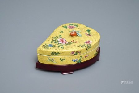 A Chinese yellow-ground famille rose box and cover, 19/20th C.