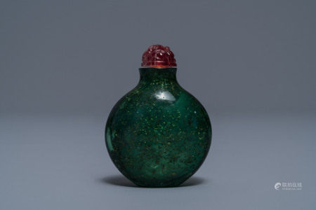 A rare Chinese biotite-sandwiched green glass snuff bottle, Imperial Glassworks, Beijing, 1720-1840