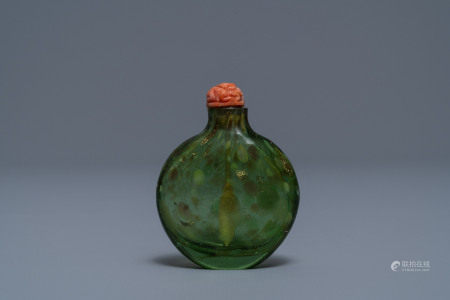 A Chinese biotite-sandwiched green glass snuff bottle, Imperial Glassworks, Beijing, 1720-1840