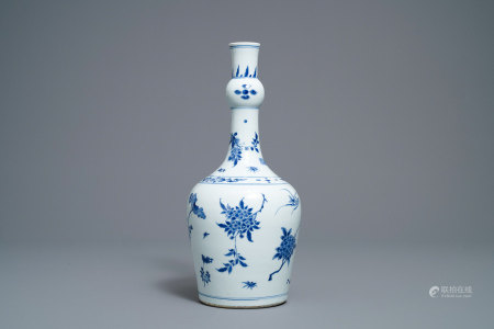 A Chinese blue and white garlic-neck bottle vase, Transitional period
