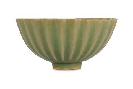 A CHINESE RIBBED CELADON GLAZED BOWL.