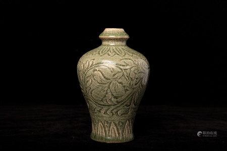 宋代青釉刻牡丹花瓶