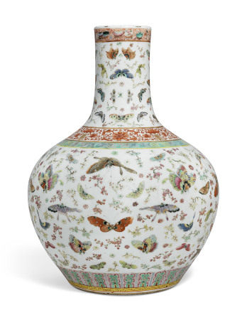 19TH CENTURY 清十九世纪 粉彩百蝶纹赏瓶
