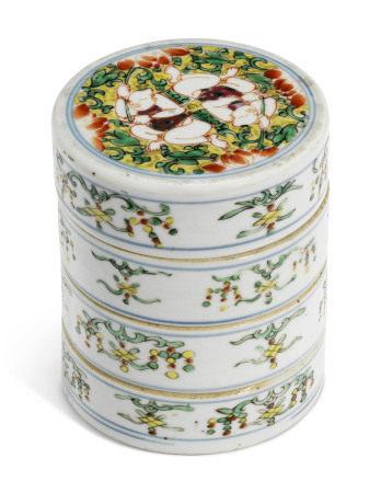 KANGXI PERIOD (1662-1772) 清康熙 五彩和合二仙紋圓蓋合