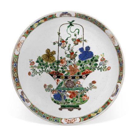KANGXI PERIOD (1662-1722) 清康熙 五彩花籃紋大盤