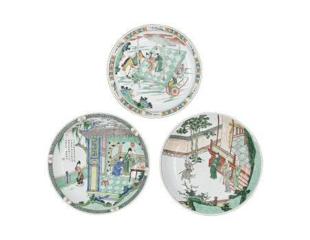 KANGXI PERIOD (1662-1722) 清康熙 五彩人物故事图大盘一组三件