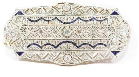 Broche placa con diamantes y zafiros en montura de oro y pla