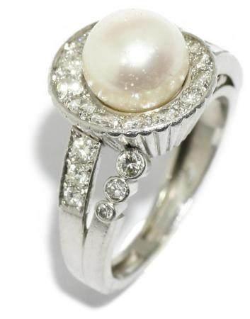 Anillo chevalier de platino con una perla central y brillant