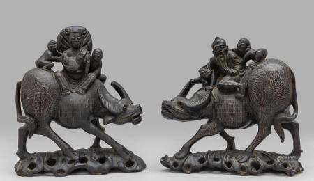 Bisonti con figure, coppia di sculture in legno