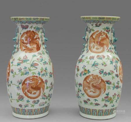 Coppia di vasi in porcellana di Cina decorati con
