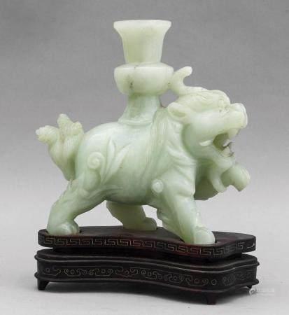 Leone con vaso, scultura in giada, Cina