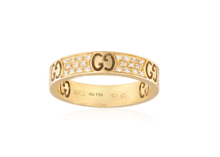 A GOLD AND DIAMOND RING BY GUCCI, the band engraved with 'Gucci' alternated with brilliant-cut
