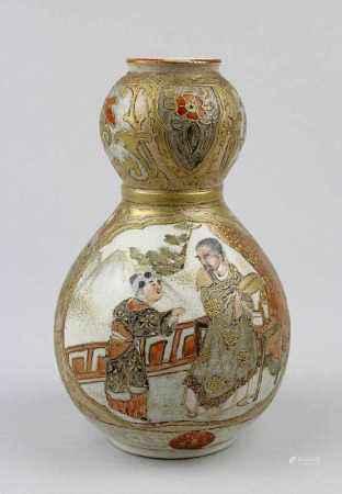Kleine Satsuma-Vase, Japan Anfang 20.Jh., Meji - Periode, Keramik, in Kürbisform, farbig staffiert