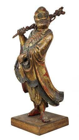 Holzfigur eines stehenden Asketen mit Knotenstock, China, späte Ming-Dynastie, Oberfläche in Lack