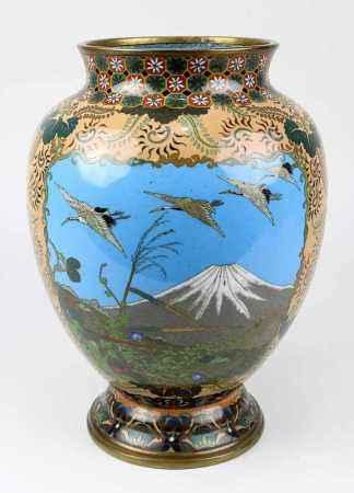 Cloisonné-Vase mit der Darstellung des Fuji, Japan um 1880, Kupferkorpus, Fuß und Mündung mit Resten