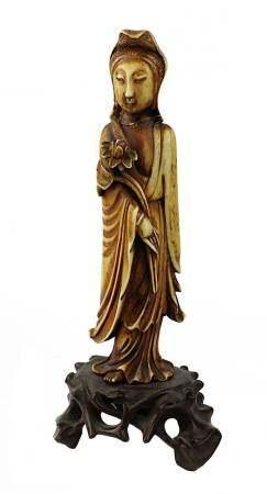 Elfenbein-Guanyin, China 19. Jh., aus einem Stück fein geschnitzte Figur, Alterspatina, mit