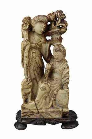 Zwei vornehme Damen mit Hund, Specksteinfigur, China Ende 19. Jh., aus einem Stück geschnitzt, mit