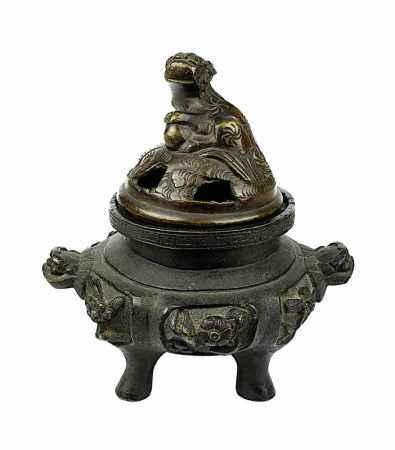 Kleiner Räucherkoro aus Bronze, China, um 1900, Gefäß in gestauchter Form, Wandung mit