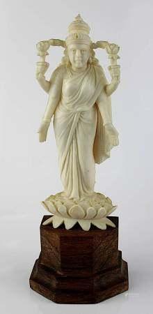 Kleine Elfenbein-Lakshmi, Indien um 1920, aus einem Stück fein geschnitzte Figur der Göttin,