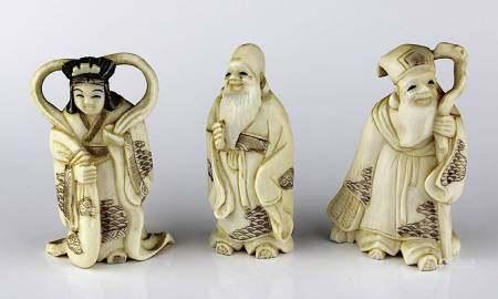 3 kleine Elfenbein-Okimonos, Japan um 1920, jew. aus einem Stück geschnitzt: Geisha, lachender