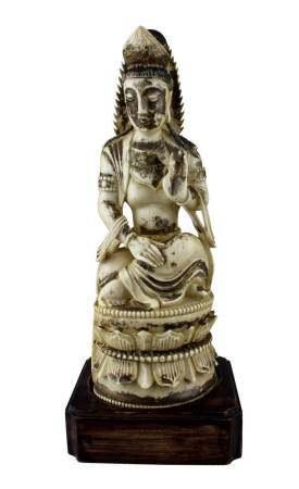 Sitzender Bodhisattva, Elfenbein mit Resten von Vergoldung, China 19. Jh., aus einem Stück fein