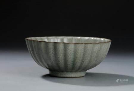 Guan-Type Fluted 'Chrysanthemum' Bowl