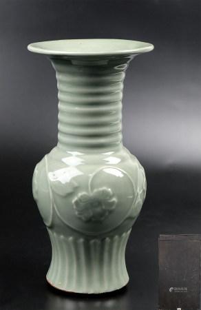 龙泉窑牡丹纹瓶