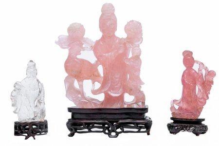 LOT DE TROIS (3) SUJETS EN PIERRE DURE Chine, XXe siècle Il comprend : - 2 guanyin en quartz ro