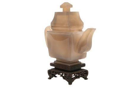 """THEIERE COUVERTE EN AGATE Chine, XXe siècle Sculptée dans une pierre beige et """"macaroni"""" par en"""