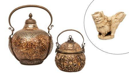 LOT DE TROIS (3) OBJETS Vietnam, XIXe et XX siècle Il comprend : > 1 pipe à eau à opium sculpté