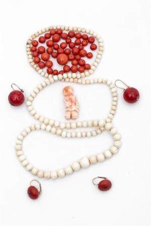 [X] LOT DE CORAUX Chine, Circa 1900/1920 Il comprend: - 1 collier de perles de corail blanc; -
