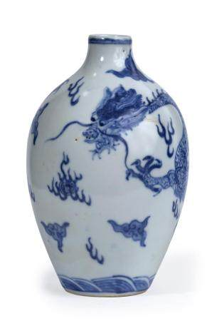 VASE OVOÏDE EN PORCELAINE BLEU BLANC A DECOR DE DRAGON Chine, Moderne Orné d'un dragon à cinq g