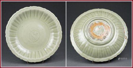 PLAT FESTONNÉ EN GRES PORCELAINEUX CELADON DE LONGQUAN Chine, Dynastie Ming Lourd, circulaire e