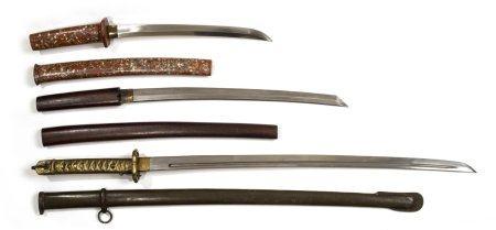 LOT DE TROIS (3) SABRES Japon et éventuellement aills Il comprend : > 1 gunto / sabre de sou