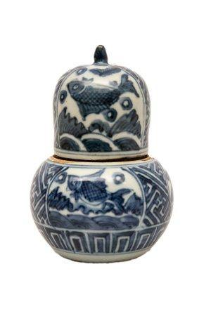 BOÎTE A THE EN PORCELAINE D'ARITA Japon, Epoque XIXe siècle ou antérie La boîte, ovoïde, est