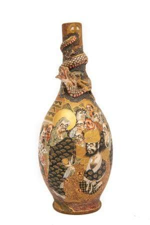 VASE PIRIFORME EN FAÏENCE DE SATSUMA Japon, Taisho / Showa Il est orné en relief d'un dragon do