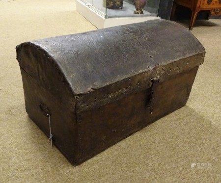 Meuble: Coffre d'Equateur ancien en cuir bombé 35x65x37cm -