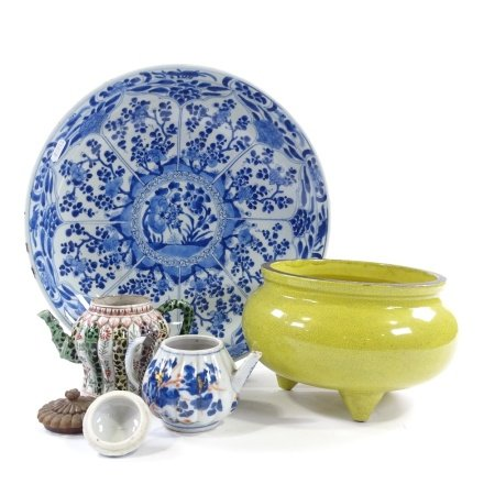 2 Chinese porcelain teapots (one with carved wood lid), a blue and white porcelain bowl, 35cm